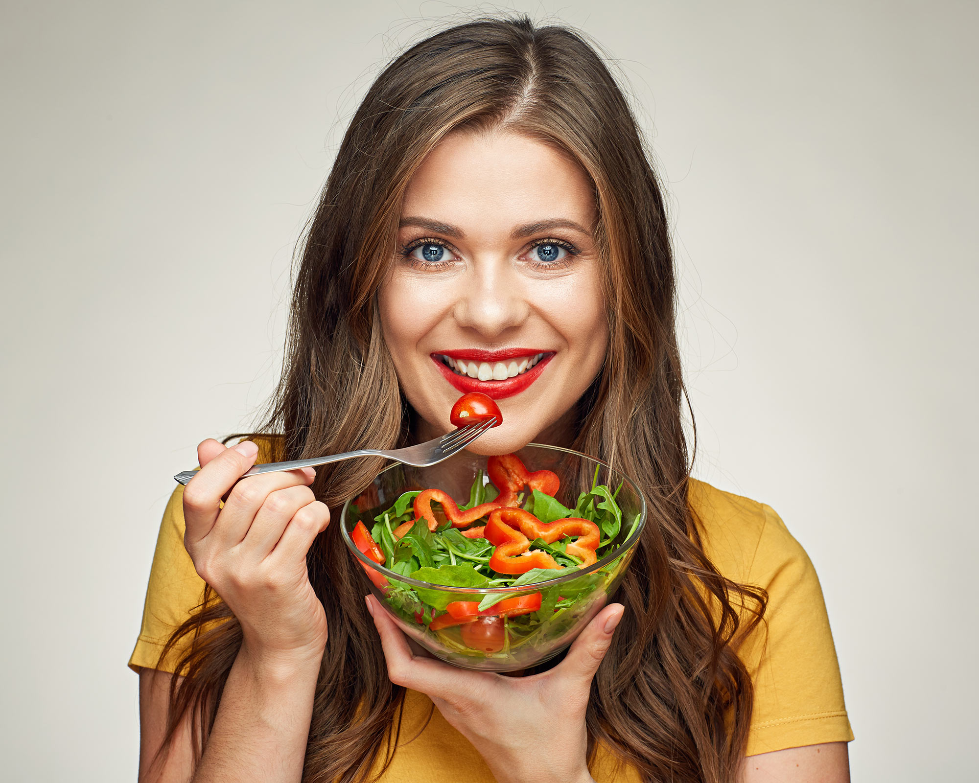 Как девушка ест змея
